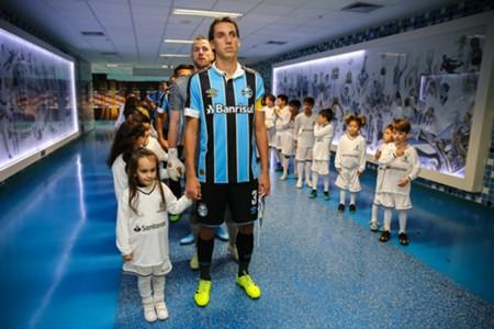 Geromel em ação pelo Grêmio