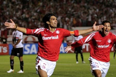 Fernandão comemora gol do Internacional contra o São Paulo na final da Copa Libertadores de 2006