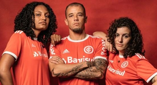 D'Alessandro e torcedoras do Inter - foto chamada site Libertadores