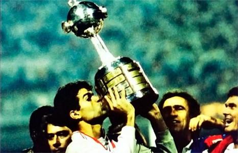 Raí levanta taça de campeão da Libertadores 1992
