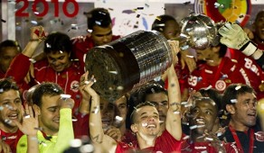 D'Alessandro levanta o troféu da Copa Libertadores conquistada pelo Internacional em 2010