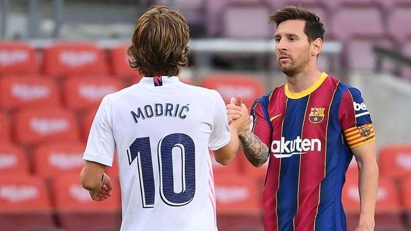 Leo Messi e Luka Modric si salutano durante il clasico