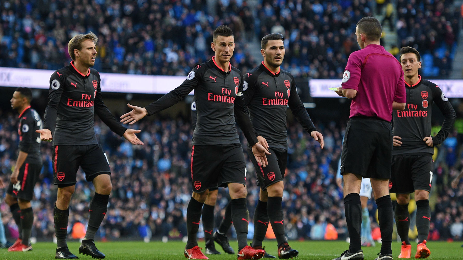 HD Arsenal arguing with referee