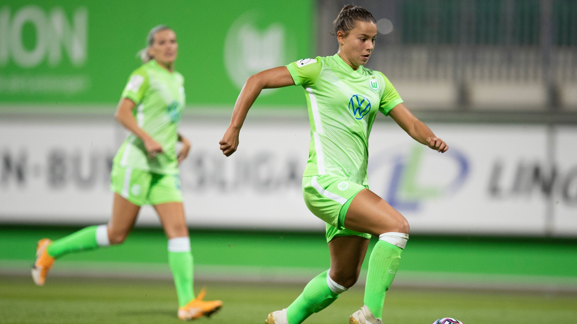 Oberdorf signs new contract with Wolfsburg until 2024