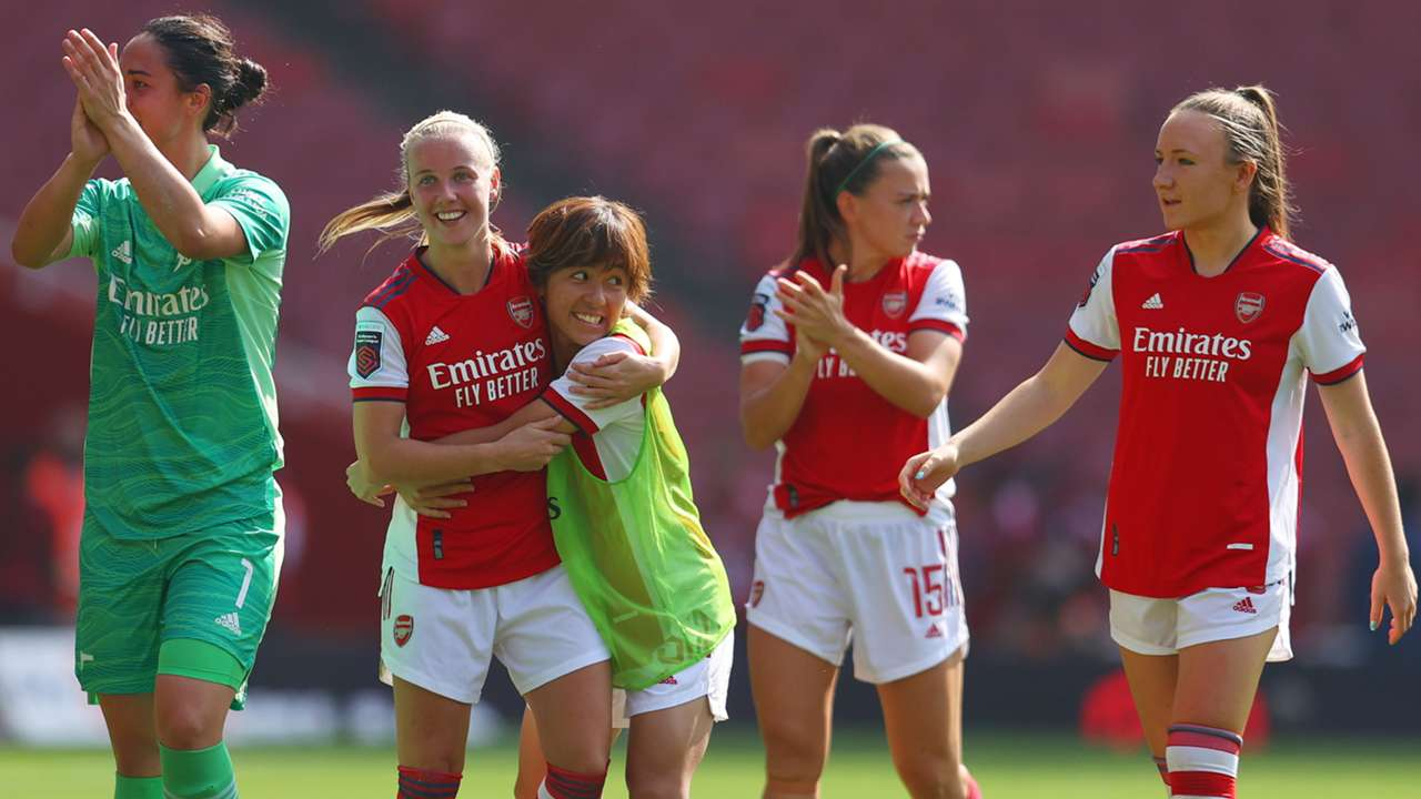 Arsenal women celebrate with Beth Mead, 2021