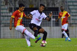 Pulau Pinang's Syamer Kutty Abba (right) tries to get past Selangor's Abdul Halim Zainal 21/1/2017