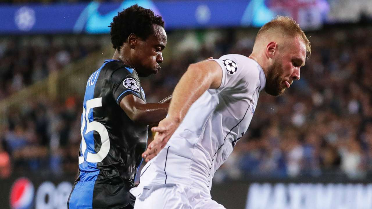 Percy Tau (L) of Club Brugge in action against Klauss (R) of LASK, August 2019