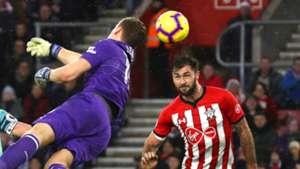 Bernd Leno Charlie Austin Arsenal Southampton 2018-19