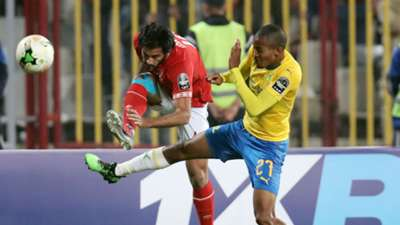 Mohsen Marwan of Al Ahly challenged by Thapelo Morena of Sundowns, April 2019