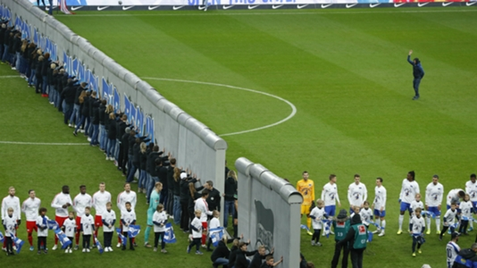 Hertha commemorate fall of Berlin Wall with emotional displays on the pitch and in the stands