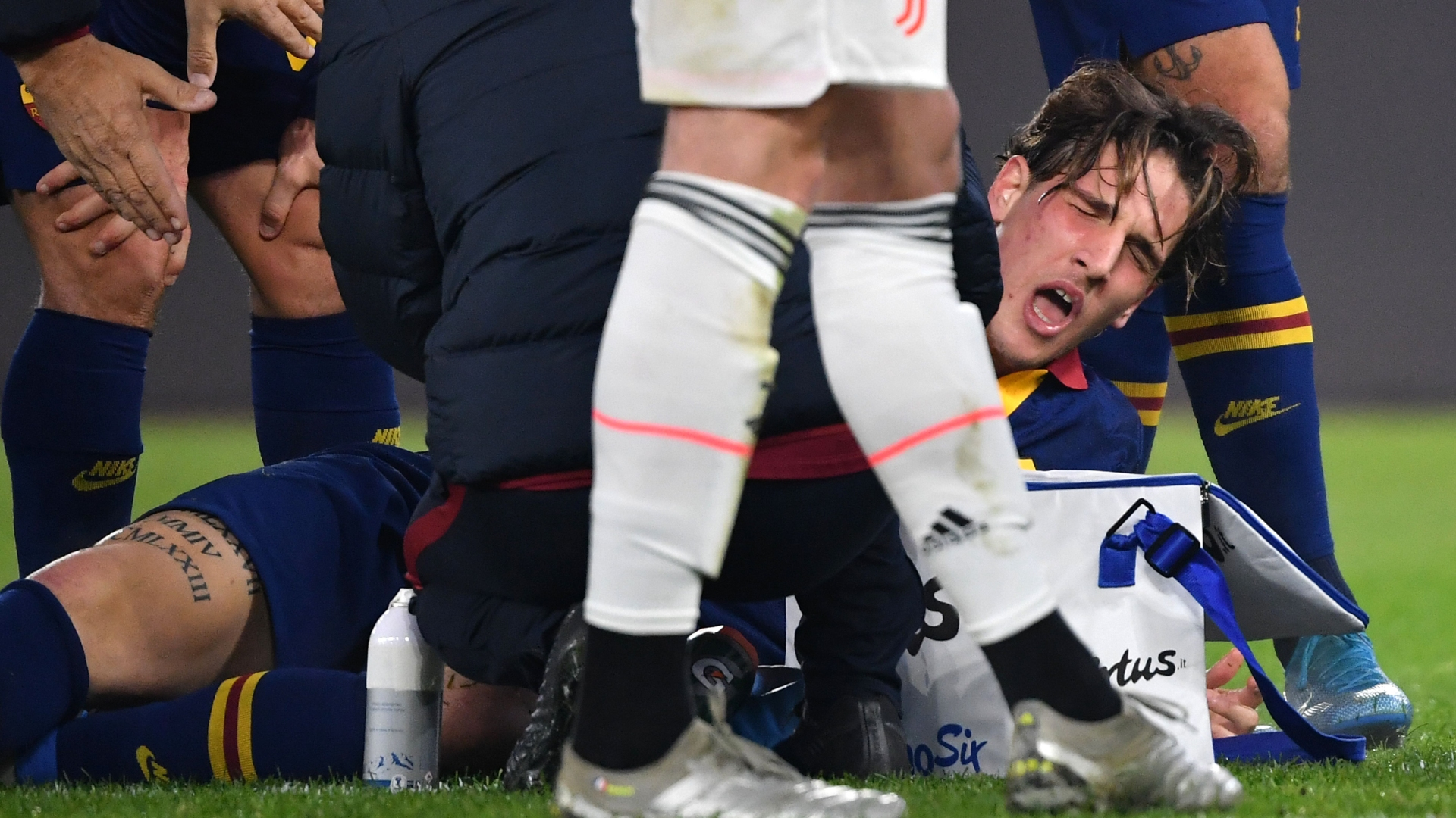 Roma star Zaniolo suffers potentially serious injury while Italy coach Mancini watches on