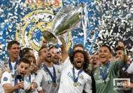 2017-2018시즌 UEFA 챔피언스리그 우승컵을 들어올리며 기뻐하는 마르셀루와 레알 마드리드 선수단의 모습. 사진=게티이미지