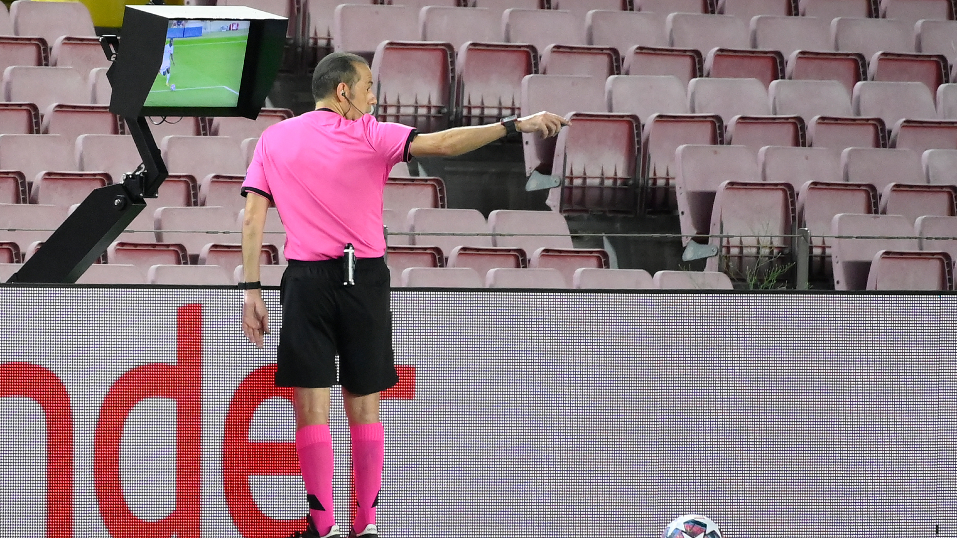 Referees' calls cause storm in Barca-Napoli: 'VAR is a disgrace!'