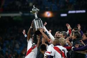 Jogadores do River Plate levantam a taça após a vitória sobre o Boca na final da Conmebol Libertadores de 2018