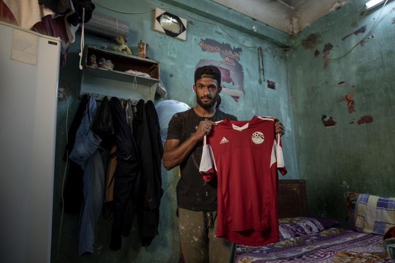 'I should do any kind of work to feed my family' - Egyptian defender working as street vendor amid coronavirus crisis