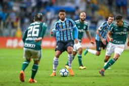 André disputa bola em duelo entre Grêmio e Palmeiras