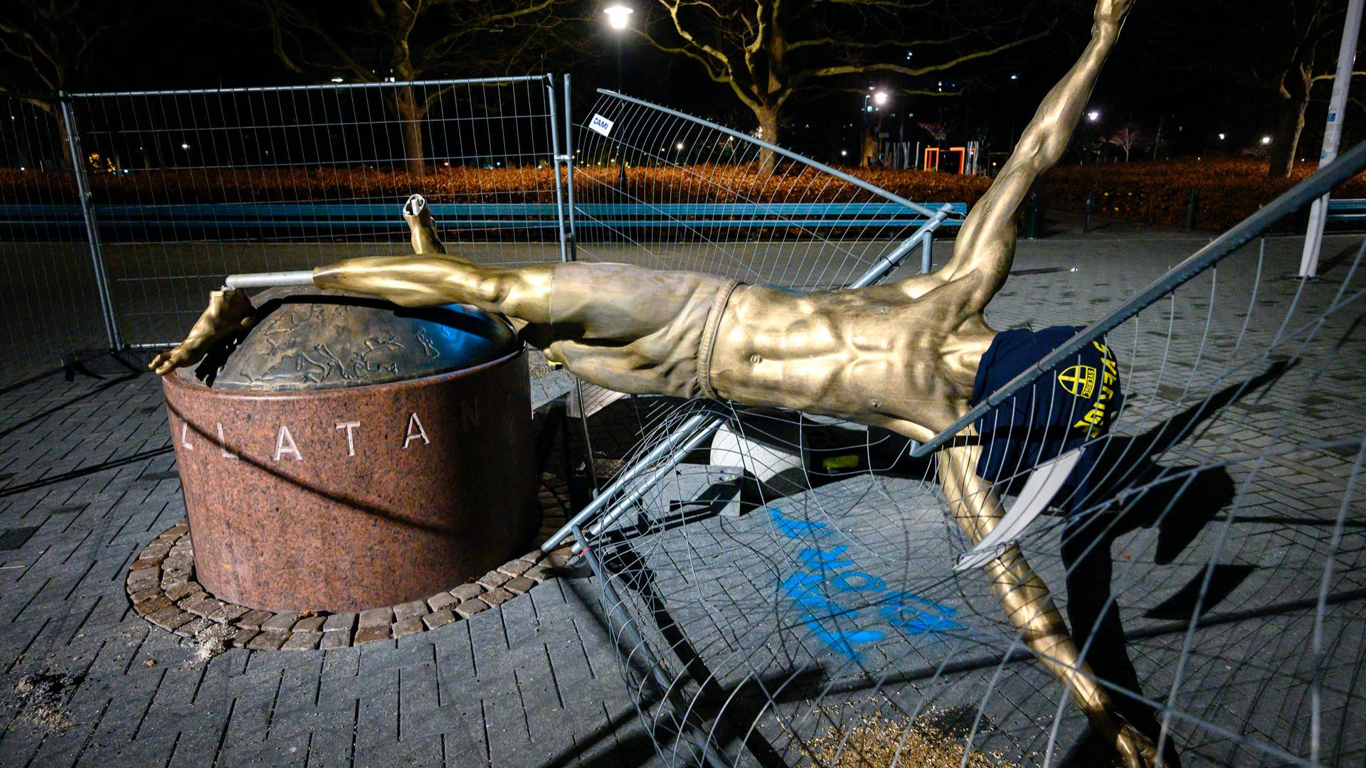 Soccer - La statue de Zlatan Ibrahimovic déboulonnée