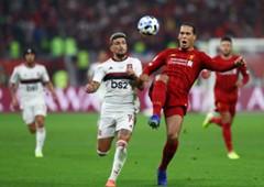 Arrascaeta e Van Dijk brigam pela bola na final do Mundial entre Flamengo e Liverpool