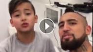 play Arturo Vidal y su hijo Alonso cantando