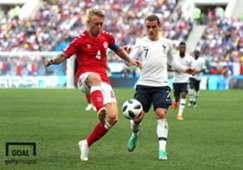 덴마크 센터백 키예르(좌)와 프랑스 공격수 그리즈만(우)이 26일 오후 2018 러시아 월드컵 조별리그 최종전을 치르고 있다. 사진=게티이미지