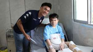 Bui Tien Dung and Ho Chi Minh City FC's football players visit pupils at Bach Dang Secondary School