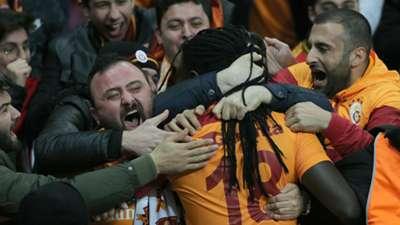 Bafetimbi Gomis with fans Galatasaray Antalyaspor 02122018