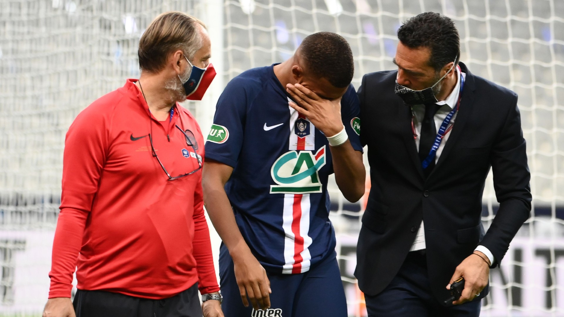 Psg-Saint Etienne, infortunio per Mbappe: fuori in lacrime e rissa