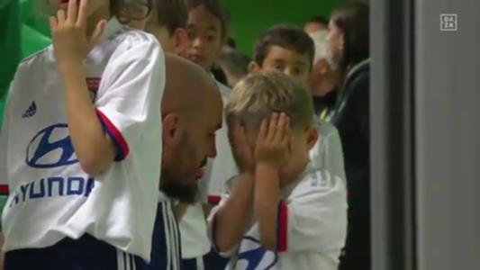 VIDEO: Weil er das Trikot des Erzrivalen trägt - Sohn von Saint-Etienne-Torhüter weint hemmungslos