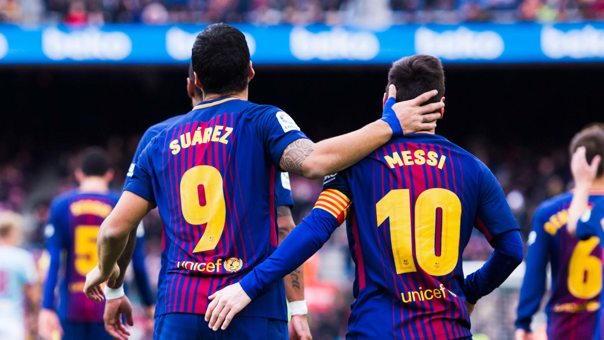 Messi e Suárez de costas e abraçados após a comemoração de um gol pela La Liga (Campeonato Espanhol)