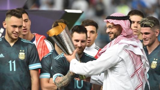 Ghi bàn ngày tái xuất, Messi lần đầu nâng cúp trong màu áo ĐT Argentina | Goal.com