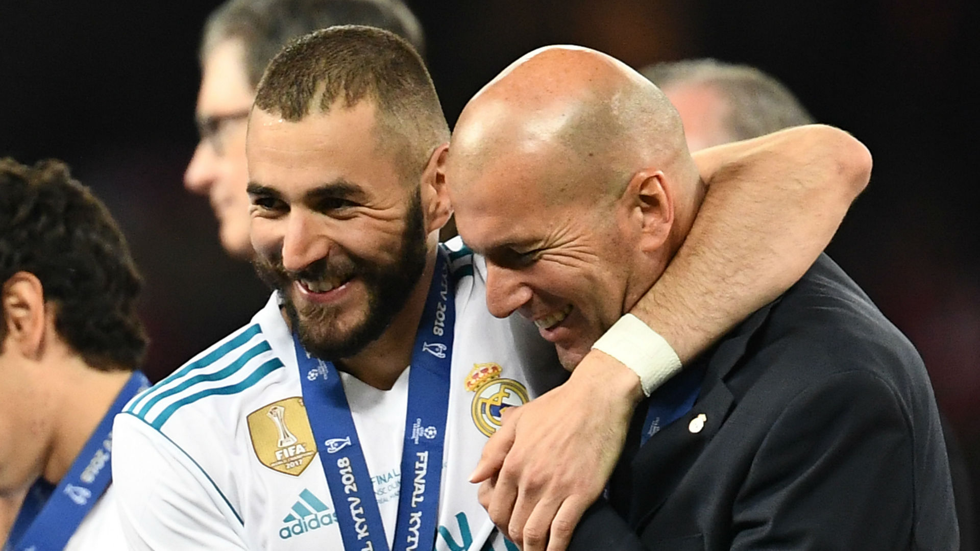 VIDEO - Les fans du Real Madrid rendent hommage à Zidane et Benzema