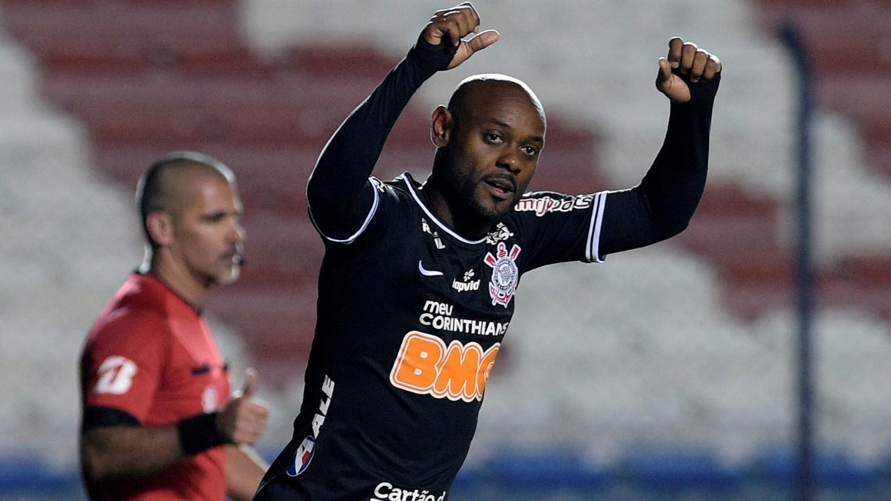 Vagner Love comemora gol pelo Corinthians diante do Montevideo Wanderers