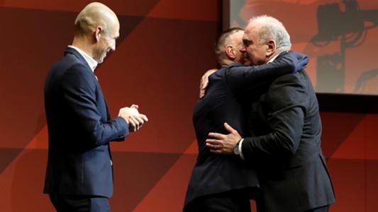 VIDEO: Arjen Robben und Franck Ribery überraschen Uli Hoeneß auf der Jahreshauptversammlung des FC Bayern