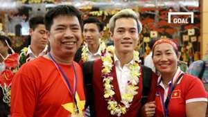 Tuyển thủ Olympic Việt Nam rạng ngời trong vòng tay người thân ngày trở về