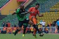 PKNS' Safee Sali (right) vies for the ball against Selangor's Ugo Ukah 4/2/2017