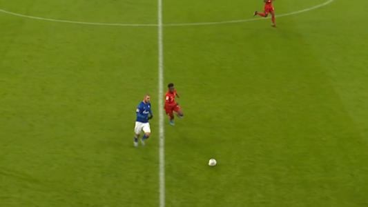VIDEO: Sprintmeister Davies zieht Schalkes Kutucu ab und das Stadion jubelt