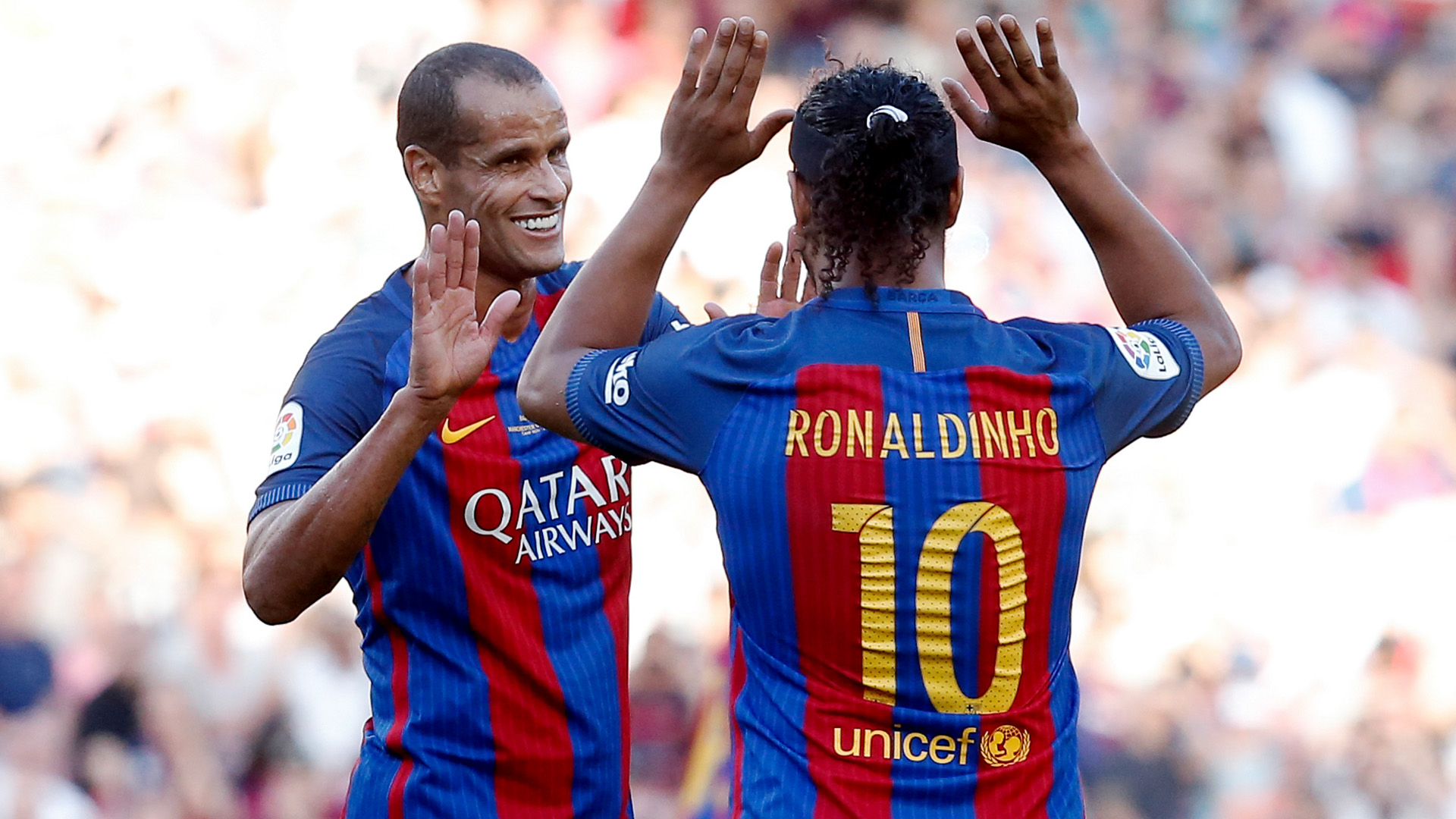 https://images.daznservices.com/di/library/GOAL/e3/bd/ronaldinho-rivaldo-barcelona-manchester-united-legends-30062017_1niy1kbkklyog1gp28k5zxabji.jpg?t=-73310468