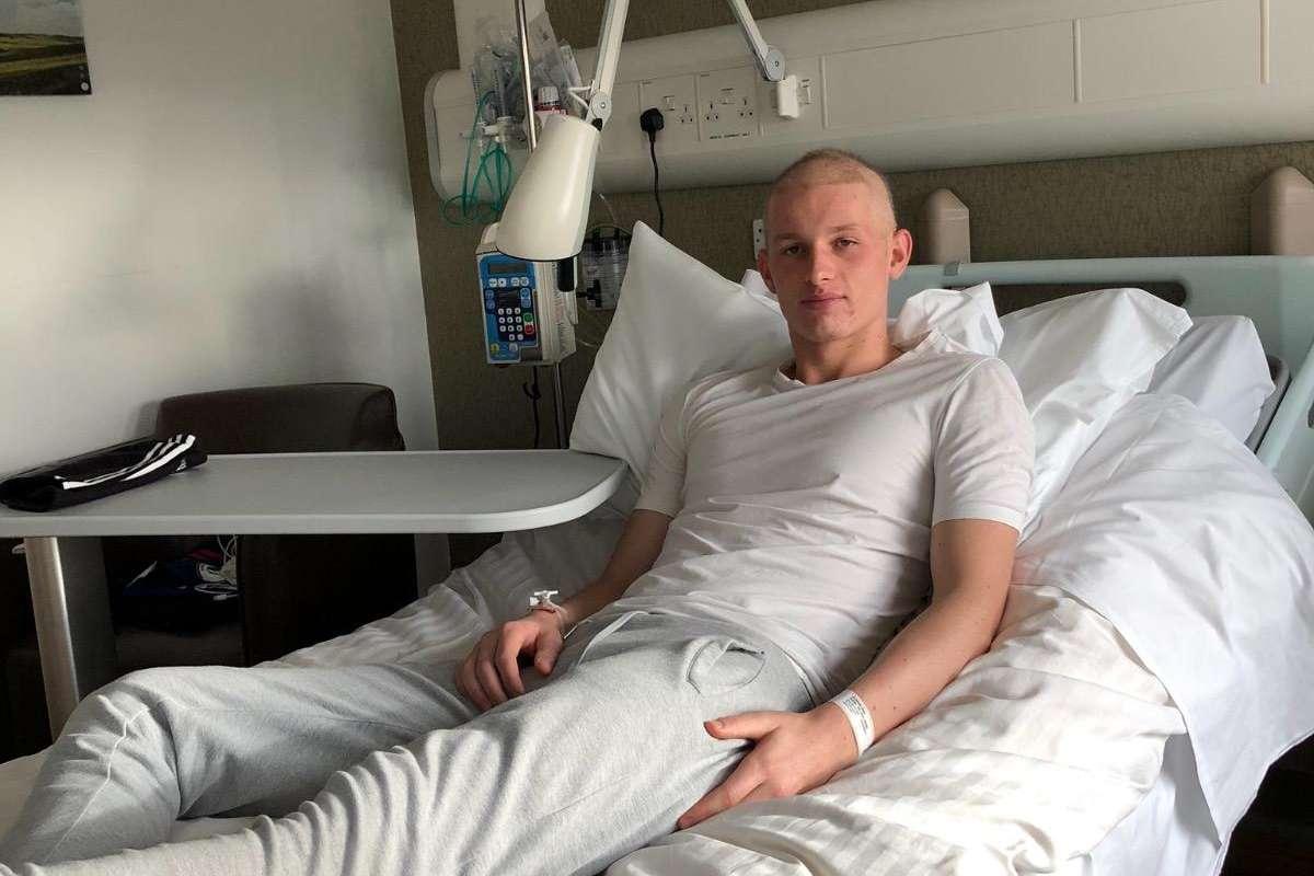 อายุเพิ่ง 19! แบ็คดาวรุ่งแมนฯ ยูฯ ต้องฉีดคีโมรักษามะเร็ง | Goal.com