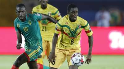 Mali's midfielder Diadie Samassekou is marked by Mauritania's midfielder El Hacen EL Id during the 2019 Africa Cup of Nations