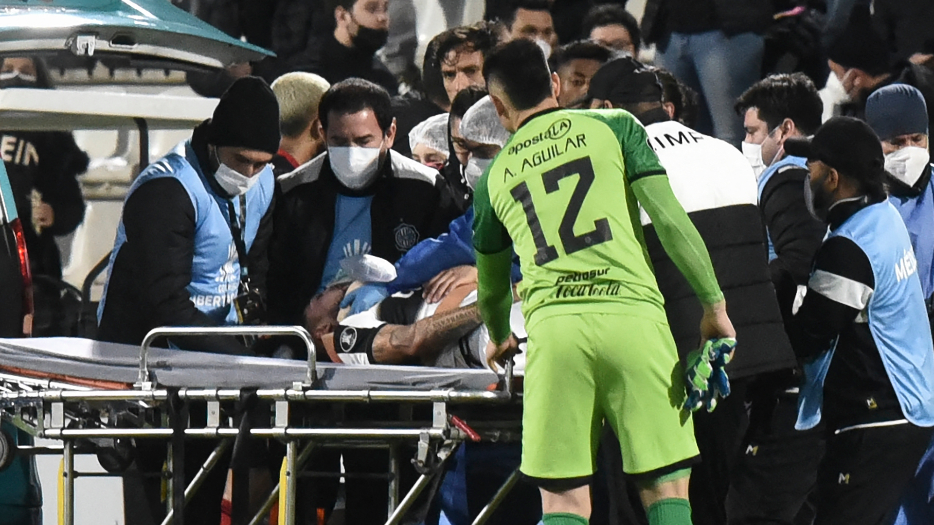 Olimpia defender Salazar to spend night in hospital after Libertadores head collision causes seizures