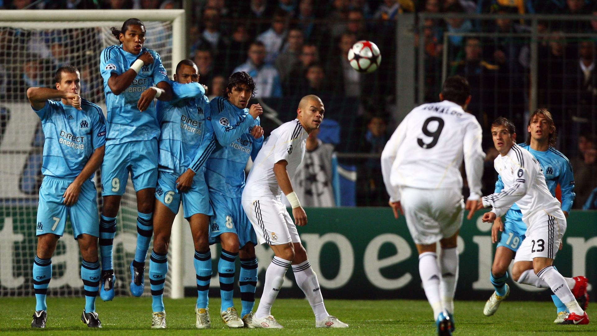 Cristiano Ronaldo lancia su Instagram la sfida degli addominali