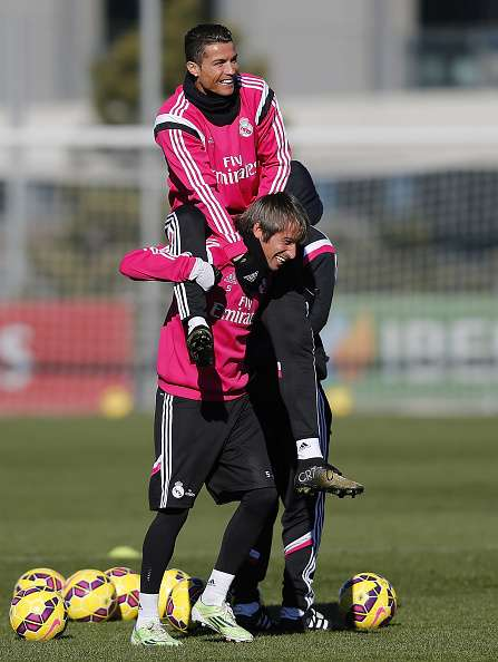 Cristiano Ronaldo se sube a caballito de Fabio Coentrao.