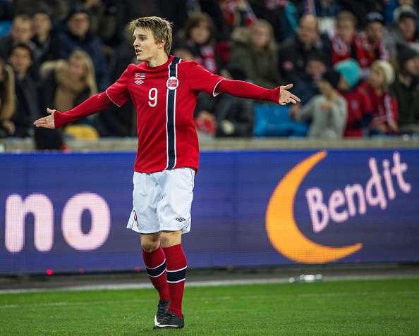 Con 15 años y 300 días, se convirtió en el jugador más joven en jugar un partido clasificatorio deEurocopa.