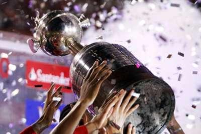 El preciado trofeo de la Copa Libertadores.