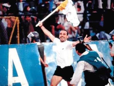Marcelo Espina y el tradicional festejo con el banderín.
