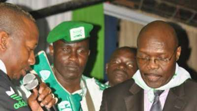 Senator Mike Mbuvi aka Sonko hands over Sh1.2 million to Gor Mahia chairman Ambrose Rachier.