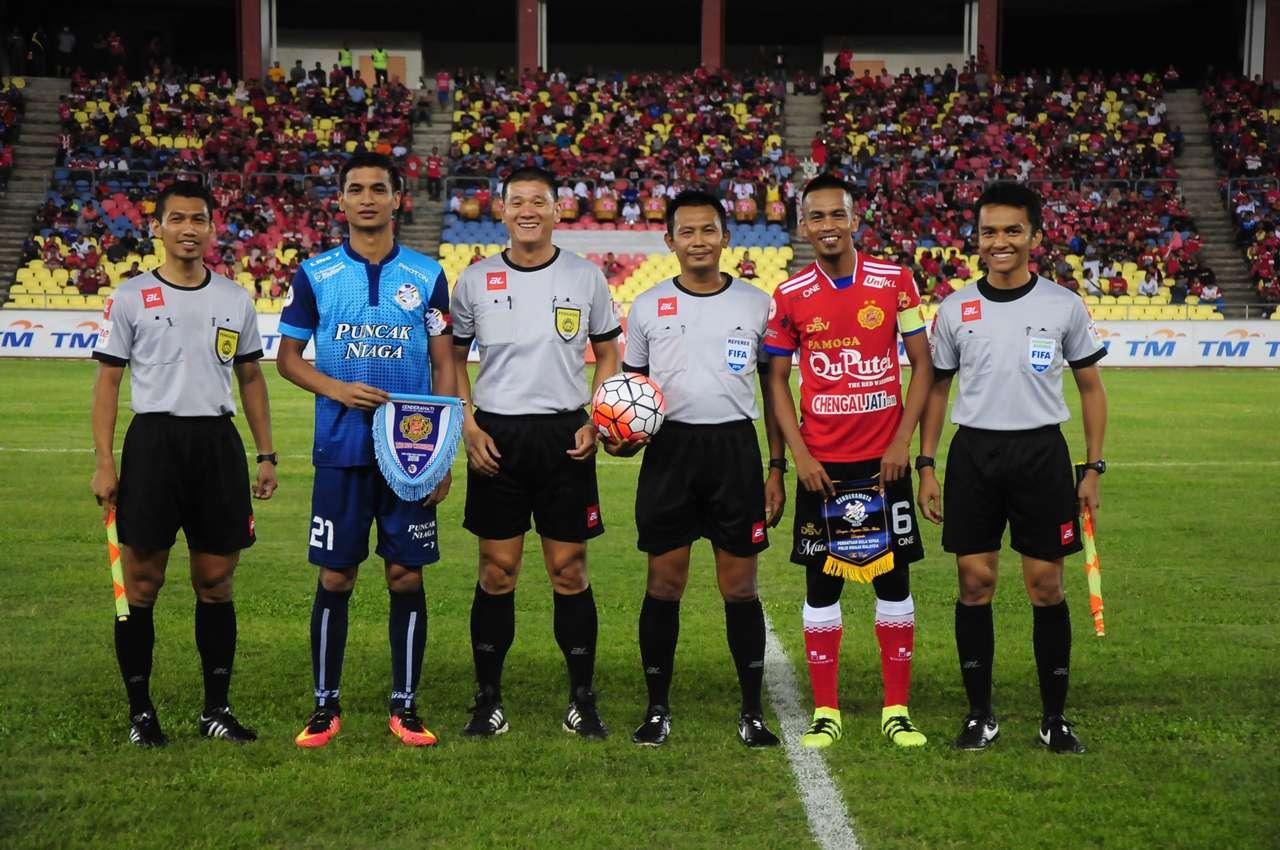 Safuwan Baharudin and Badhri Radzi alongside the officials before kick off
