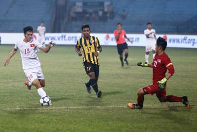 Vietnam U19's N. T. Linh tries to score past Malaysia U19 19/9/2016