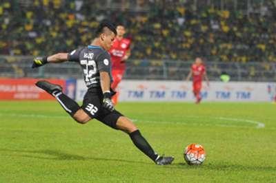 Haziq Nadzli clearing the ball against Kedah