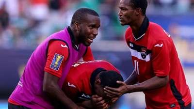 Yohance Marshall and Atuallah Guerra console Lester Peltier - Trinidad y Tobago vs Panama Gold Cup 2015
